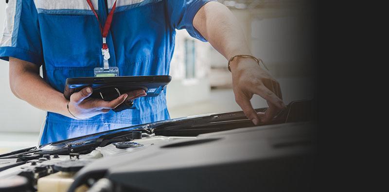 mężczyzna diagnozujący komputerowo samochód